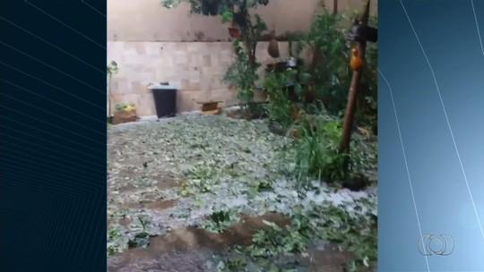 Chuva de granizo causa estragos e surpreende moradores em Goiás