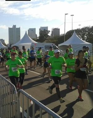Centenas de corredores reunidos em Porto Alegre (Carlos Angelo/RBS TV)
