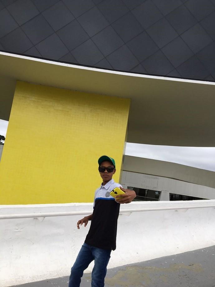 Como todo adolescente, Juan adora uma selfie (Foto: Divulgação/RPC)