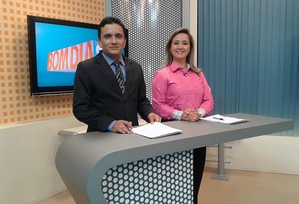 Ronei ao lado de Daniele na bancada do Bom dia Santarém (Foto: Leandro Dias/ TV Tapajós )