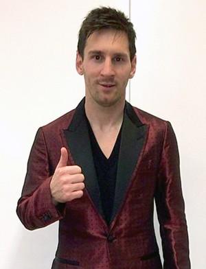 Messi de terno vermelho (Foto: Divulgação / Facebook Oficial)