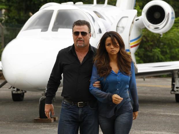 Morena chega a Turquia forçada e levada por Russo (Foto: Salve Jorge/ TV Globo)