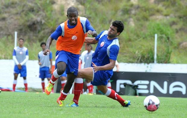 Philip e Ronaldo Alves - treino do Náutico (Foto: Aldo Carneiro)
