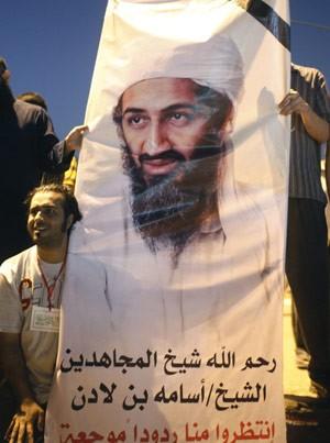 Cartaz com foto de Osama bin Laden é levado em ato anti-EUA na Praça Tahrir, no Cairo, nesta sexta-feira (14) (Foto: Reuters)