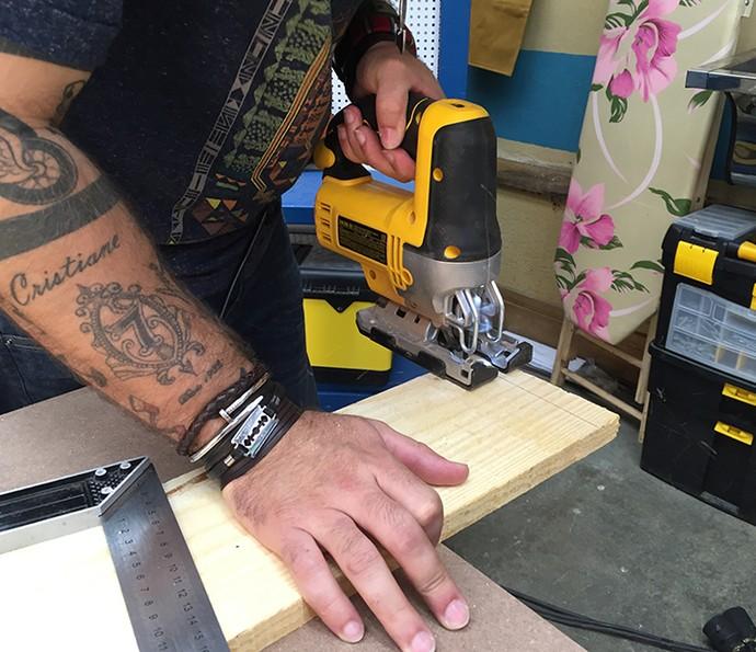 Se for comprar as réguas de madeira, apare as arestas para tudo ficar retinho (Foto: Gabi Freitas / Gshow)