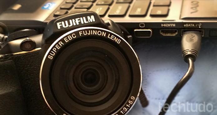 Transfira fotos da câmera para o PC usando o cabo USB (Foto: Barbara Mannara/TechTudo)
