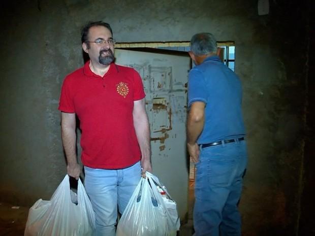 Advogado Maurício Dal Agnol deixa o presídio de Passo Fundo (Foto: Reprodução/RBS TV)