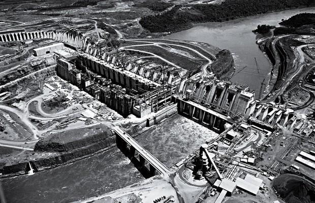 OBRAS GRANDES A Usina de Itaipu, no Paraná, em 1982. O governo militar se endividou, investiu em infraestrutura e aqueceu a economia (Foto: Bettmann/Corbis)
