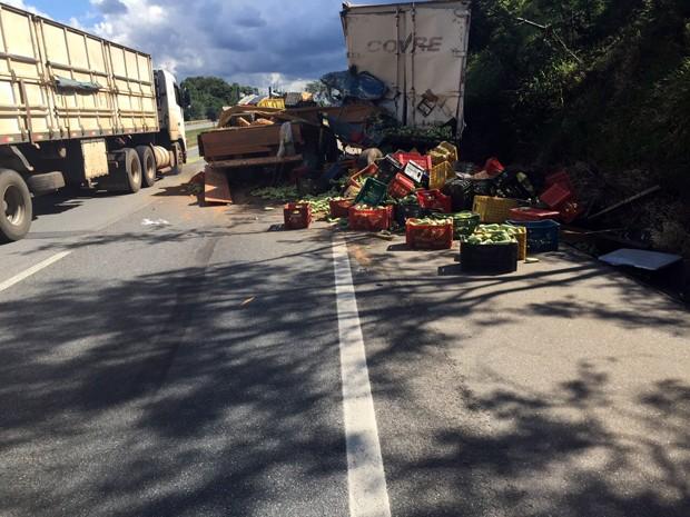 Com batida, parte da carga caiu na pista em São Sebastião da Bela Vista (Foto: Polícia Rodoviária Federal)