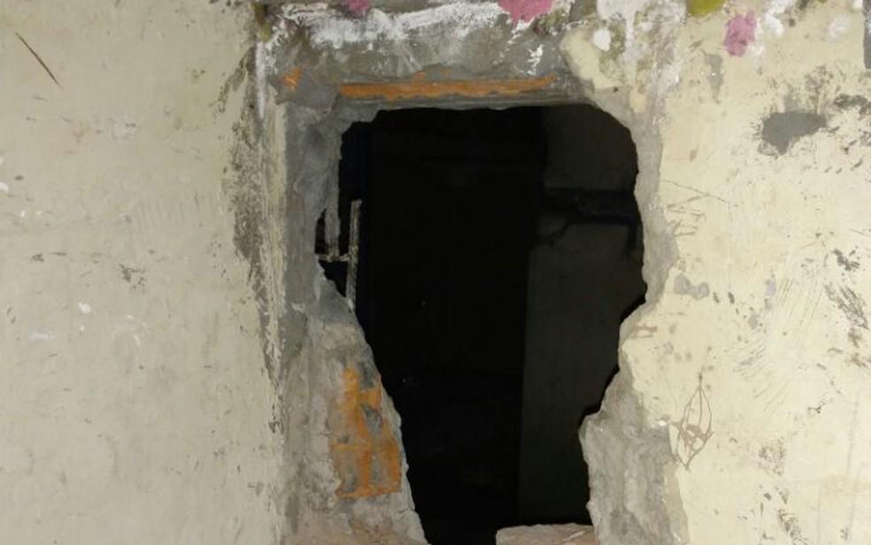 Buraco foi achado em uma das celas, na noite de quinta-feira (Foto:  Carlos José/ Voz da Bahia)
