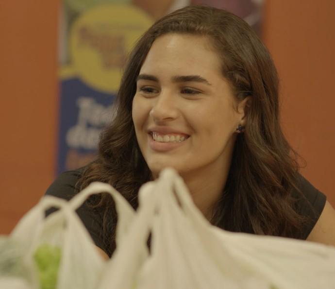 Julia tira onda do amigo (Foto: TV Globo)