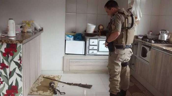 Espingarda era da própria vítima e foi encontrada na cozinha  (Foto: Núcleo de Prevenção as Drogas e Pedofilia/Divulgação)