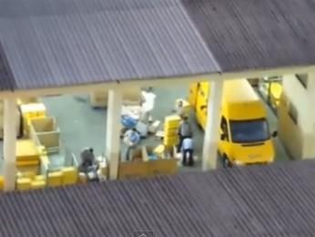 Funcionários atiram encomendas em Niterói (Foto: Reprodução / YouTube)