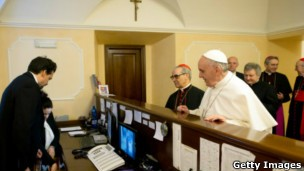 Após eleição, papa foi pessoalmente a hotel onde estava hospedado para pagar conta e buscar malas (Foto: Gettyimages/BBC)