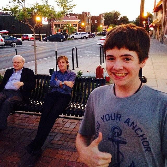 """Esse garoto conseguiu flagrar numa só """"selfie"""" o ex-Beatle Paul McCartney (no fundo, à dir.) e o bilionário norte-americano Warren Buffett. (Foto: Instagram)"""