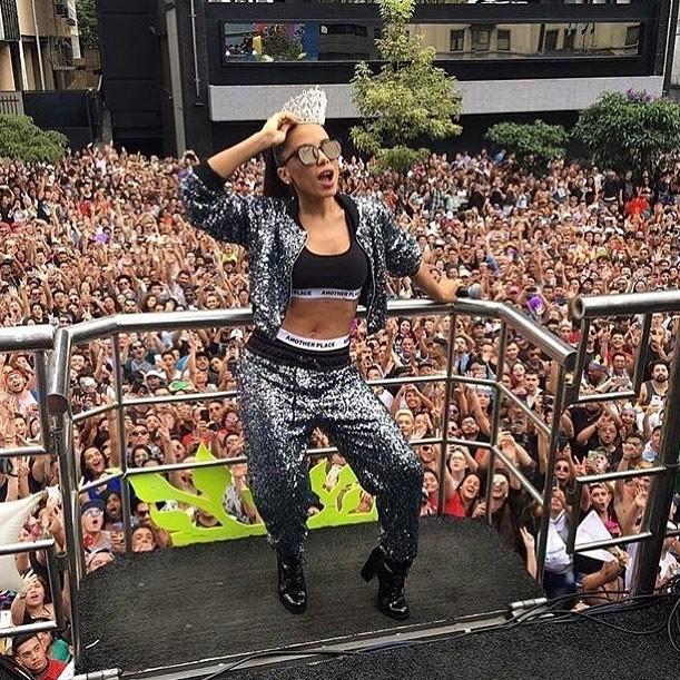 Anitta anima o público na Parada Gay (Foto: Reprodução/Instagram)