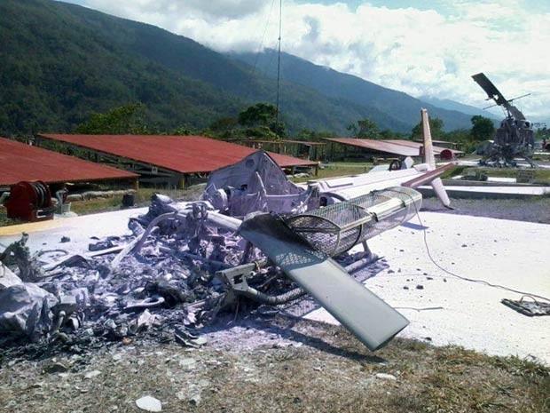 Um dos helicópteros queimados no ataque deste sábado (6) em Cusco, no Peru (Foto: AFP)
