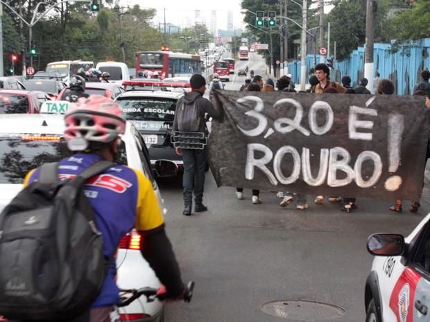 Moradores realizam protesto contra o aumento da tarifa para ônibus, metrô e trens, na Estrada do M'Boi Mirim, Zona Sul de São Paulo. O valor subiu para R$ 3,20 a partir desta segunda-feira (3). A tarifa anterior, de R$ 3, vigorava desde janeiro de 2011. (Foto: Luiz Claudio Barbosa/Futura Press/Estadão Conteúdo)