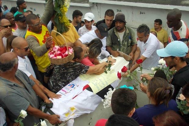 Enterro do menino Kayo da Silva Costa, de 8 anos, no Cemitério do Murundu, em Padre Miguel, na Zona Oeste do Rio de Janeiro (Foto: Arion Marinho/Futura Press/Estadão Conteúdo)