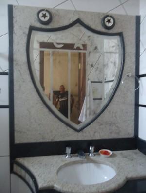 Espelho da casa de Ademar Bicalho é em foramato de escudo do Galo (Foto: Cida Santana/Globoesporte.com)