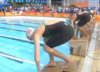 Competidores caíram na pscina do Sesi Clube de Resende (Foto: Reprodução/TV Rio Sul)