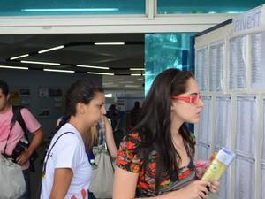 Candidatos chegam para prestar Fuvest em São Carlos (Foto: Suzana Amyuni/ G1)