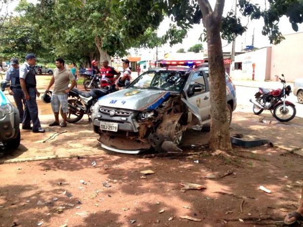 Carro bateu em árvore durante perseguição policial (Foto: Sérgio Urel/ Arquivo pessoal)