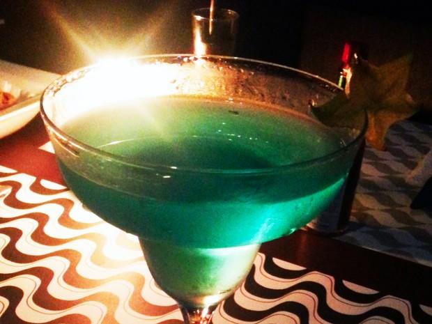 A bebida que homenageia o vilão de Amor à Vida, 00 Félix Khoury, é feita com ketel one, dry vermuth e curaçao blue (Foto: Divulgação)