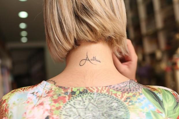Andressa Urach tem o nome do filho tatuado no pescoço (Foto: Iwi Onodera/EGO)