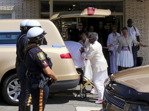 Caixão com o corpo de Bobbi Kristina Brown é retirado de carro fúnebre para o enterro, nesta segunda-feira (3), em Nova Jersey, da filha da cantora Whitney Houston (Foto: Eduardo Munoz/Reuters)