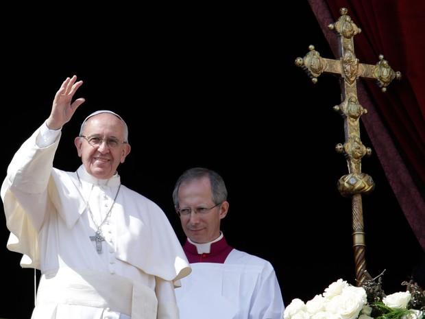 Papa Francisco acena para multidão durante a benção 'Urbi et Orbi' neste domingo (27) de Páscoa, na Praça São Pedro, no Vaticano (Foto:  Gregorio Borgia/AP)