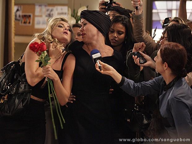 Bico calado! Bárbara Ellen finge desmaio e cala Brunetty na hora H (Foto: Sangue Bom/TV Globo)