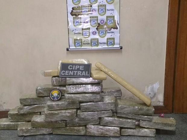 Drogas foram apreendidas com mulher de 32 anos, diz polícia (Foto: Divulgação / PF)