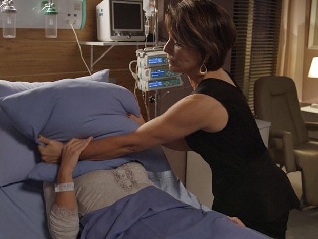 Em sonho de Inês, Beatriz tenta matá-la (Foto: TV Globo)