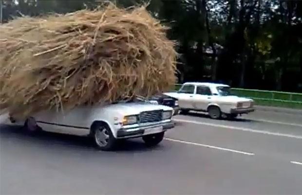 Vídeo mostra motorista dirigindo carro carregado de feno. (Foto: Reprodução)