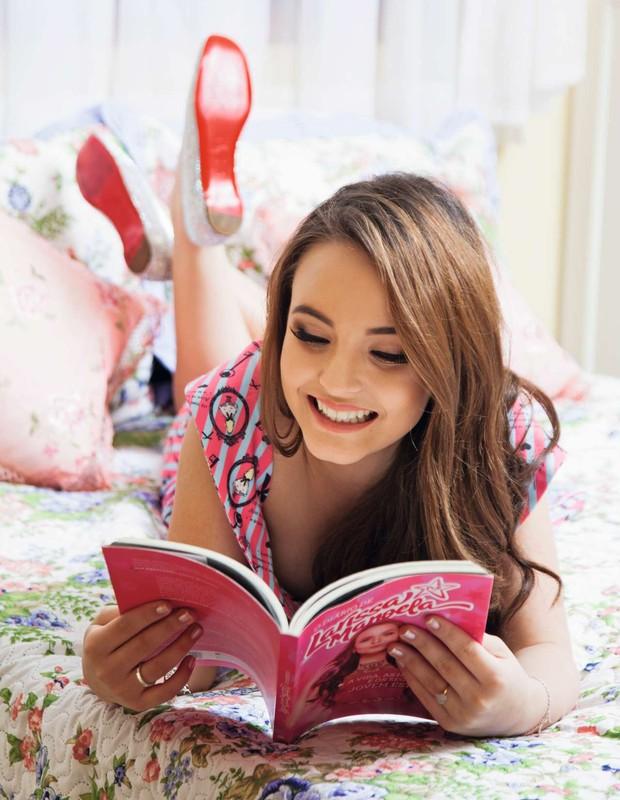 Em seu quarto, ela mostra o livro  O Diário de Larissa Manoela, que soma mais de 50 mil exemplares vendidos (Foto: Marcos Rosa/Ed. Globo)