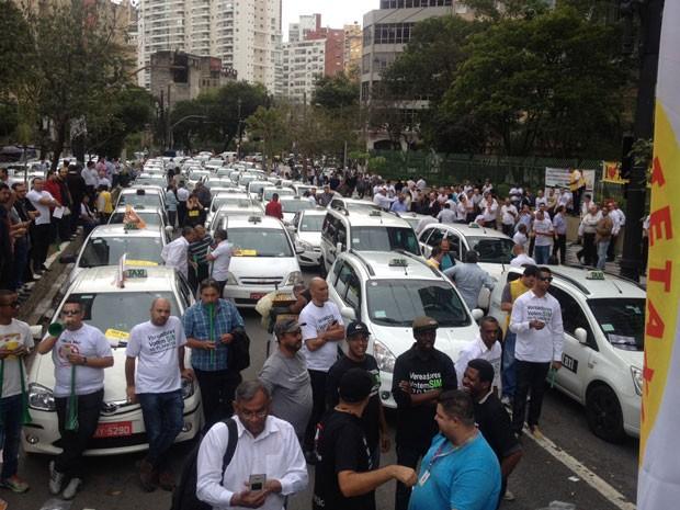 Taxistas bloqueiam a rua em frente à Câmara Municipal de São Paulo (Foto: Carolina Dantas/G1)