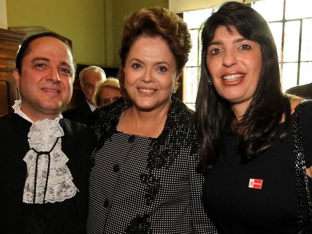 Dilma com Roberto Kalil Filho e Cláudia Cozer posam em 2011, na cerimônia de posse de Kalil como titular do departamento de Cardiopneumologia da Faculdade de Medicina da Universidade de São Paulo (USP) (Foto: Roberto Stuckert Filho/PR)