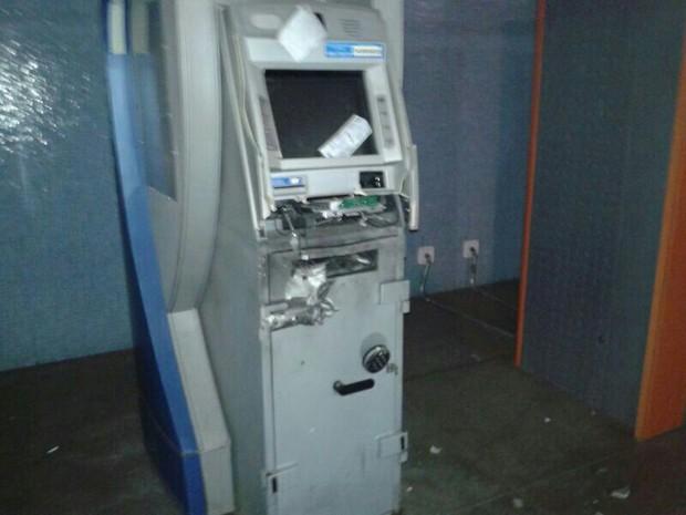 Explosão danificou dois caixas eletrônicos que ficam localizados no aeroporto (Foto: Divulgação)