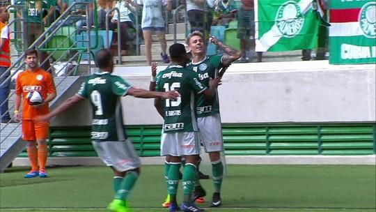 Alô, mãe! Jesus vê jogo do Palmeiras e ganha homenagem de Róger Guedes
