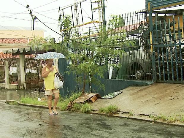 Fio solto atrapalha pedestre e preocupa moradores da Vila Georgina em Campinas (Foto: Reprodução/ EPTV)