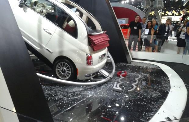 Fiat 500 conversível despenca de estrutura no Salão do Automóvel (Foto: Autoesporte)