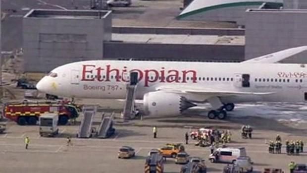 O aeroporto britânico de Heathrow, na região de Londres, fechou suas pistas nesta sexta-feira (12) após um incêndio em um avião da Ethiopian Airlines que estava em solo. (Foto: Pool via Reuters TV)