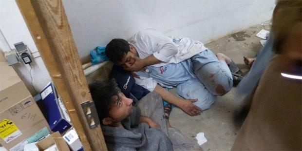 Pessoas são vistas em hospital dos Médicos Sem Fronteiras em Kunduz, no Afeganistão, logo após bombardeio atingir o local neste sábado  (Foto: Divulgação/Médicos Sem Fronteiras )