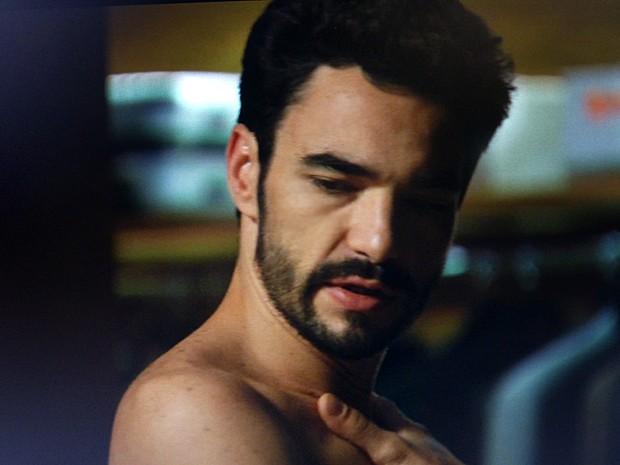 José Pedro sai da cama com Amanda e diz que ama Danielle (Foto: TV Globo)
