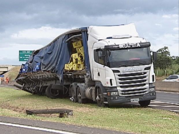 Veículo tombou na tarde desta quinta-feira (31) (Foto: Reprodução TV TEM)