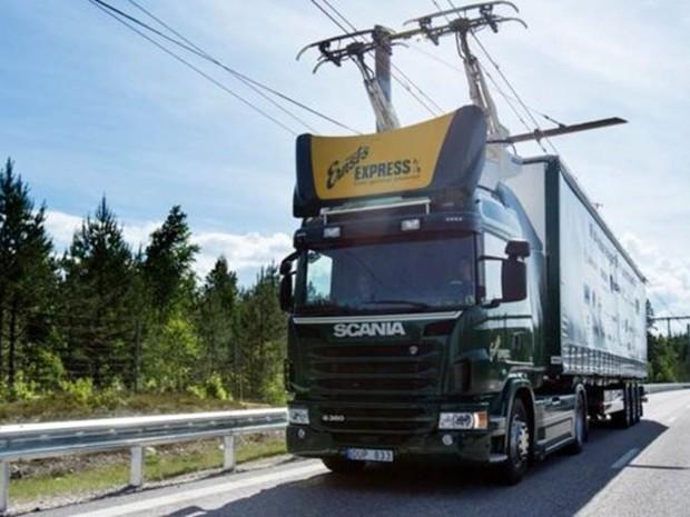 Caminhões contam com sistema articulado conhecido como pantógrafo que permite que se conectem à rede elétrica (Foto: Scania CV AB)