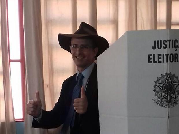 Candidato a prefeito Adalton Garcia (PRTB) vota em Campo Grande (Foto: Ellen Rocha/TV Morena)