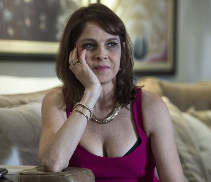 Drica Moraes vive Vânia, a mulher de Antenor na trama, que terá problemas com bebidas e um relacionamento conturbado com o marido (Foto: Globo/Estevam Avellar)