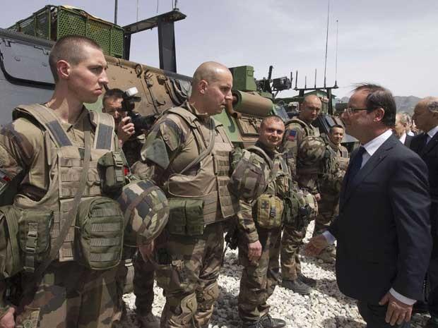 Presidente da França, François Hollande, se reúne com soldados franceses na base militar de Kapisa, no Afeganistão. (Foto: Joel Saget / Pool / Reuters)